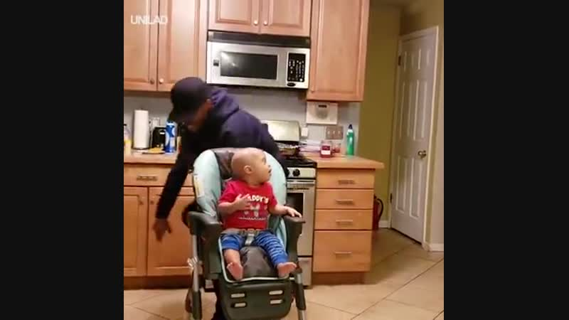 Отец веселит малого