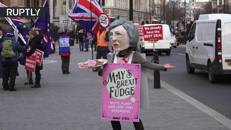 В Лондоне активистка в образе Терезы Мэй предложила прохожим помадки «Брексит»
