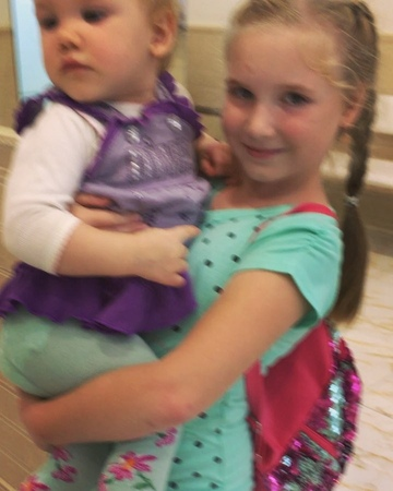 Милейшая Елизавета со своей младшей сестрёнкой👭 дали нам интервью после терапевтического лечения у стоматолога Федорченко Инны И