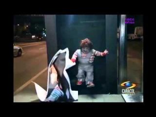 Buenisima broma en parada de bus con Chuky / Joke at the bus stop