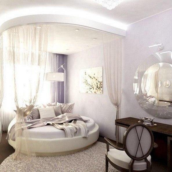 Белая кожаная кровать в интерьере, фото