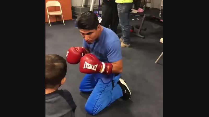 Майки Гарсия боксирует с сыном.