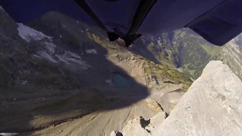 Бейсджампер пролетел сквозь двухметровую расщелину
