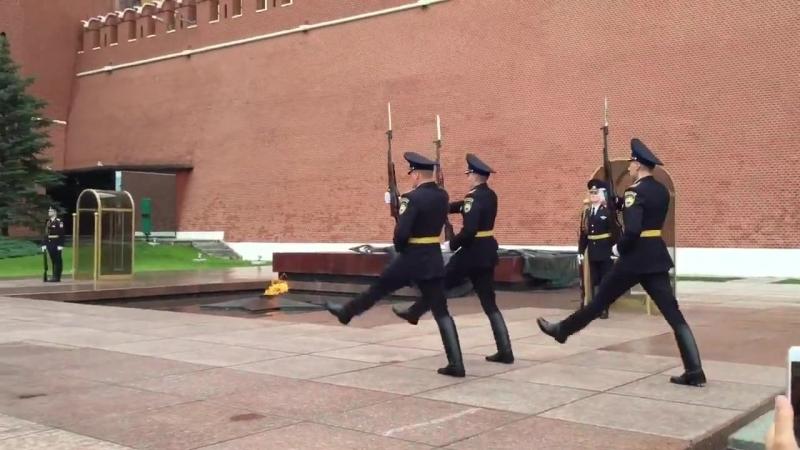 Смена почетного караула у Вечного огня на Красной площади в Москве