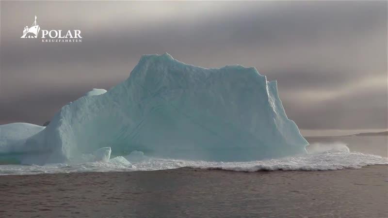 Zerbrechender Eisberg in Grönland Таяние айсберга.