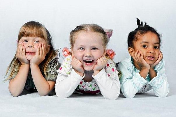 КАК РАЗВЛЕЧЬ МАЛЫША ВСЕГО ЗА 1 МИНУТУ Простые, короткие, веселые игры и забавы, которые займут всего несколько минут, но сэкономят мамины и папины нервы и капризулькины слезки: 1. Покажите детям предмет (игрушку, открытку, пакетик сока) и попросите перечислить все цвета, которые они видят. 2. Рисуйте пальцем в воздухе фигуры, и пусть дети угадают, что вы нарисовали. 3. Изобразите пантомимой какую-нибудь деятельность (приготовление пищи, чистку зубов, одевание) и пусть дети угадают, что это. 4.…