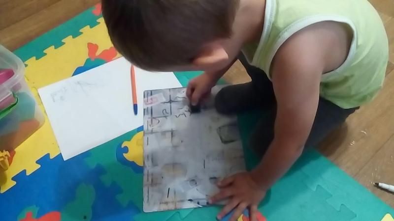 Ребенок рисует на магнитной доске