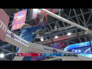 Маленький герой на баскетбольном матче