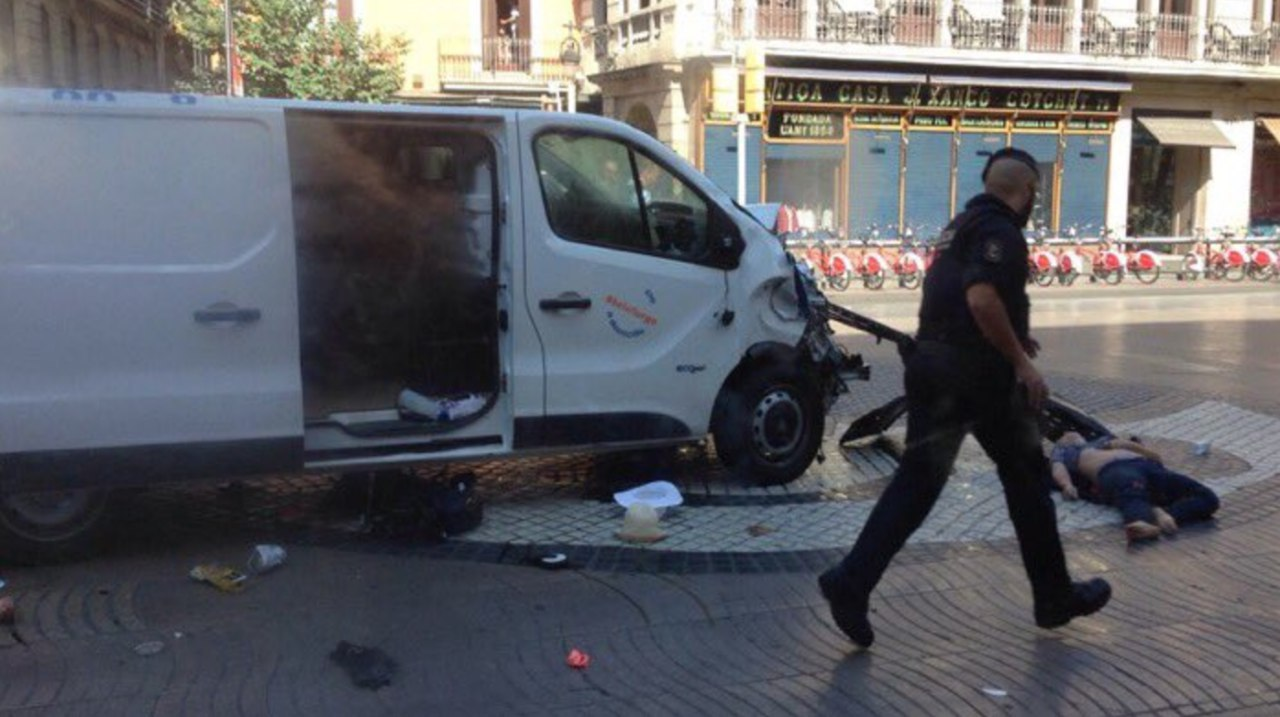 Небольшой фургон врезался втолпу людей вБарселоне
