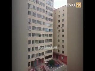 В Астане парень поймал ребёнка выпавшего из окна