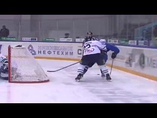khl Нефтехимик - Медвешчак (2013.11) Гол. Ян Коларж (Нефтехимик) забросил шайбу с пол зоны, успешно сыграв на добивании (1:0).