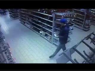 В Минске мужчина отрезал себе мизинец в торговом центре. Взял кухонный нож, отрезал и бросил мизинец в лицо консультанту