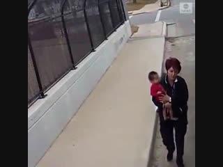 Водитель автобуса остановилась из-за маленькой девочки на тротуаре
