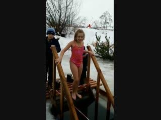Ева окунается в проруби на Крещение