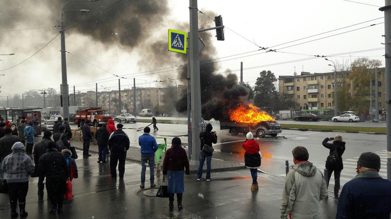 Фургон загорелся прямо посреди дороги (ФОТО) (ВИДЕО)