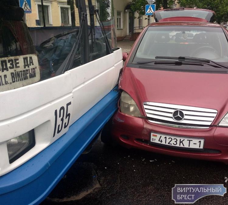 Из-за ДТП на перекрёстке ул. Комсомольской и Гоголя остановилось движение