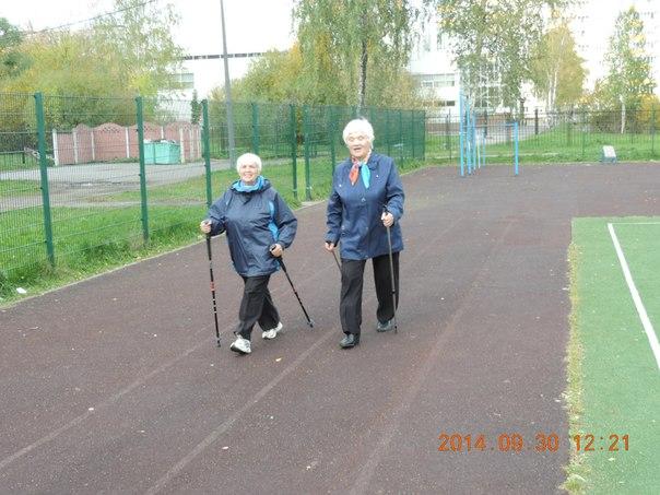 Секция скандинавской ходьбы (Nordic walking). Эстафета группы «Возрождение» по скандинавской ходьбе в День пожилого человека 30 сентября 2014 года
