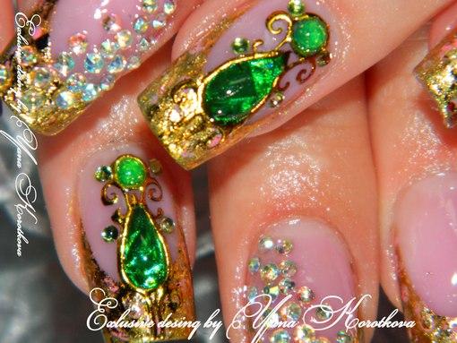 Дизайн зеленых ногтей с камнями