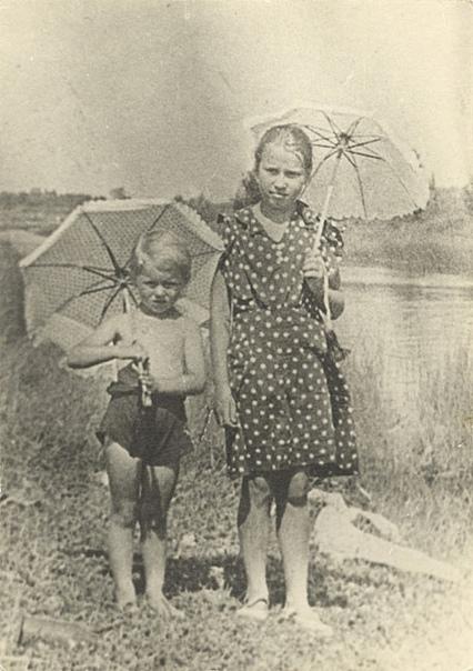 Умерли все. Осталась одна Таня. Дневник Тани Савичевой. Двенадцатилетняя ленинградка Таня Савичева начала вести свой дневник чуть раньше Анны Франк, жертвы Холокоста. Они были почти