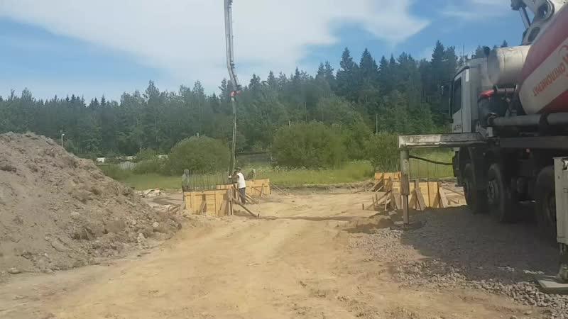 Заливаем ПУМИК ом 24м отдельно стоящие колонны под монолитный фундамент.