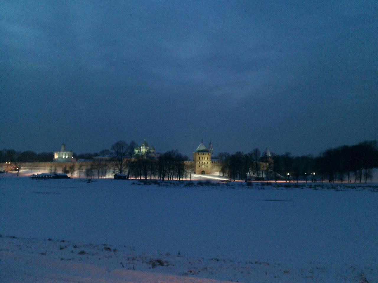 Зимний Новгород в свете вечерних огней.