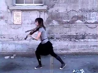 Прекрасный талант»Девушка играет на скрипке и при этом танцует