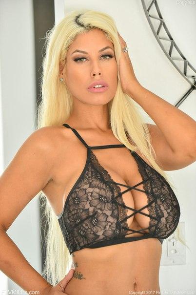 Busty blonde spielt auf ihrer webcam