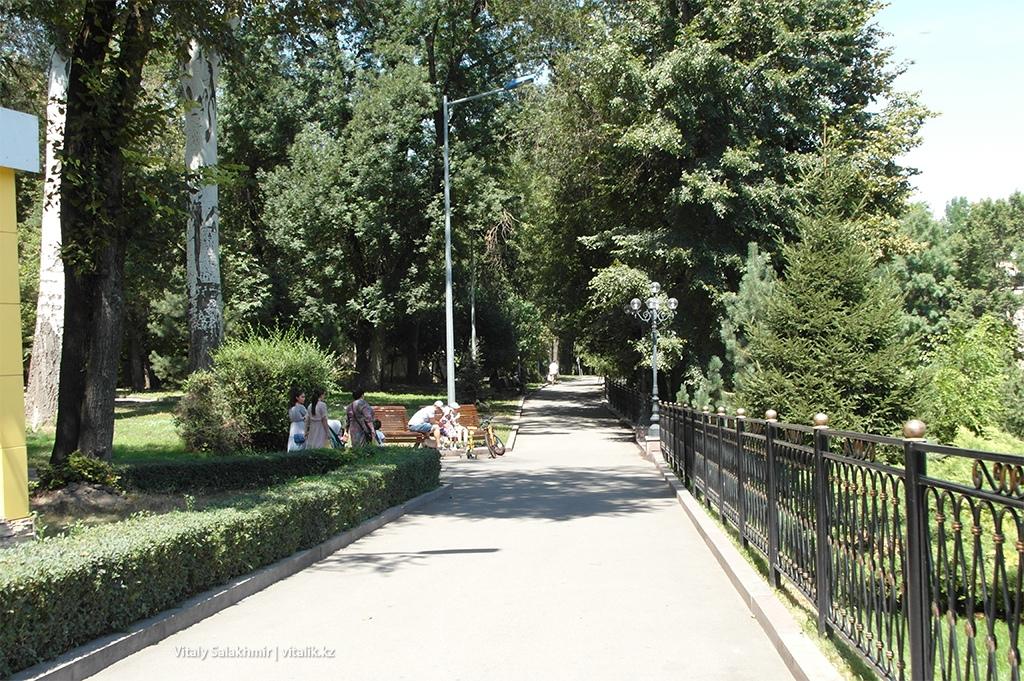 Аллея вдоль озера Парк Горького Алматы