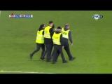 Выбежавший фанат поцеловал - Криштиану Роналду в матче против Нидерланды!