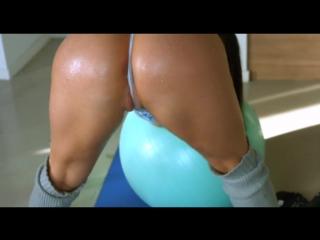 Мама занимается утренней йогой в купальнике, milf mom big milk tits brunette aerobic yoga ball (инцест со зрелыми мамочками 18+)