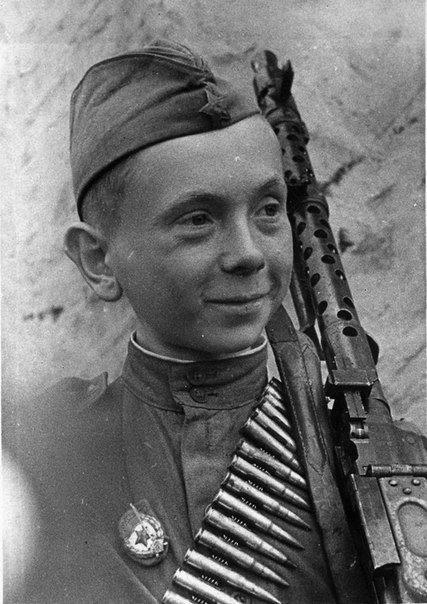 Юный гвардеец Н. Леонтьев, уничтоживший в своем первом бою 15 оккупантов, с троф...