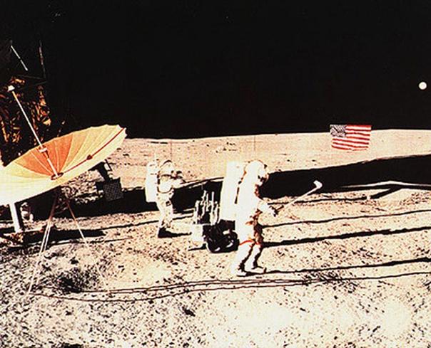 Алан Шепард играет в гольф на Луне
