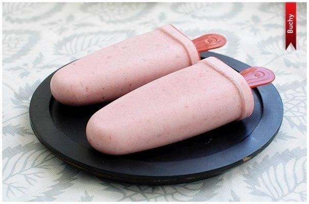 ПОЛЕЗНОЕ ДОМАШНЕЕ МОРОЖЕНОЕ Ингредиенты: - 1 небольшой спелый банан - 100 г замороженной клубники (так же можно взять чернику, вишню или малину) - 150 г натурального йогурта - 1 столовая ложка меда Приготовление: Очистить и нарезать банан и положить его в чашу блендера, добавить замороженные ягоды. Взбить до однородной массы. Добавить йогурт и мед. Хорошо взбить, должна получиться достаточно воздушная консистенция. Разложить по формочкам. И поместить в морозилку минимум на 3 часа.