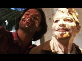 Джаред и Дженсен запустили пирогом Мише Коллинзу в лицо в благотворительных целях