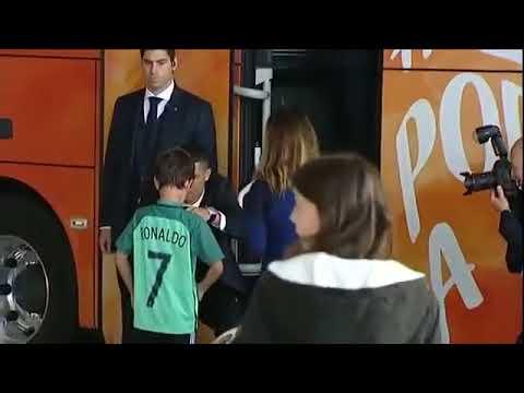Мальчик решил, что с кумиром не познокомится - заплакал,, но Роналду вышел из автобуса