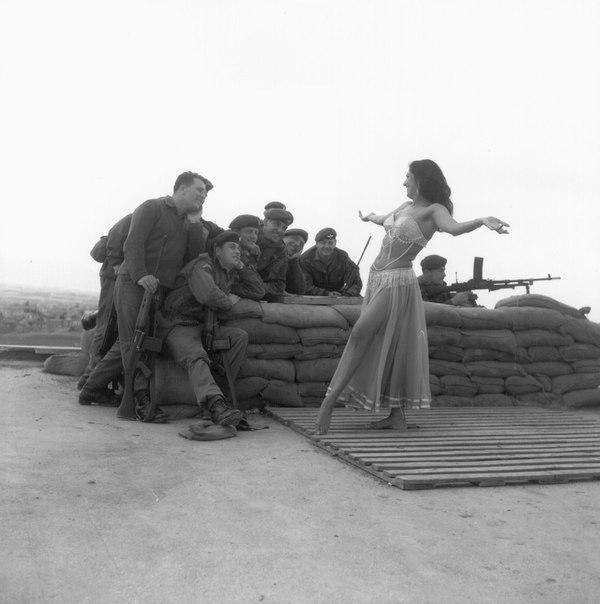 Британские солдаты безоговорочно капитулировали перед изяществом и красотой вост...