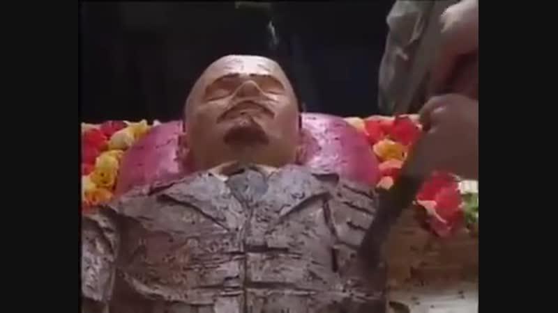 Флешмоб Шабельникова и Фесенко Ленин в гробу. Акция состоялась 30 марта 1998