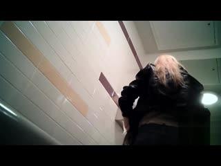 Spy pissing.скрытая камера в туалете 2