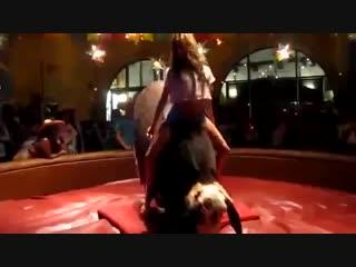 Девушка скачет на механическом быке..mp4