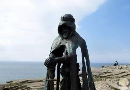 Бронзовая скульптура короля Артура на руинах замка Тинтагель работы скульптора Рубина Эйнона