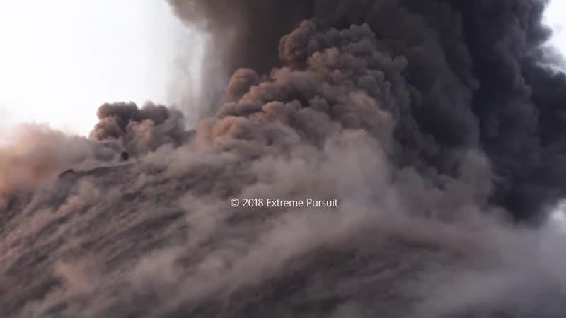 Извержение вулкана Анак-Кракатау застало врасплох фотографов и вулканологов (Индонезия, октябрь 2018).