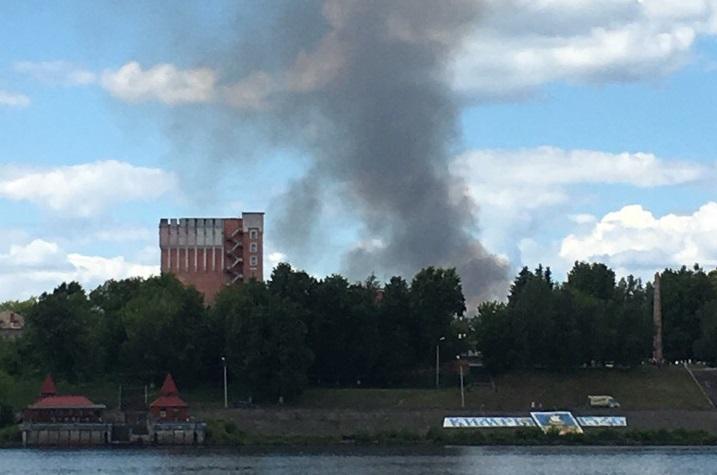Крупный пожар бушует в данный момент на крупнейшей городской свалке Кимр | Видео