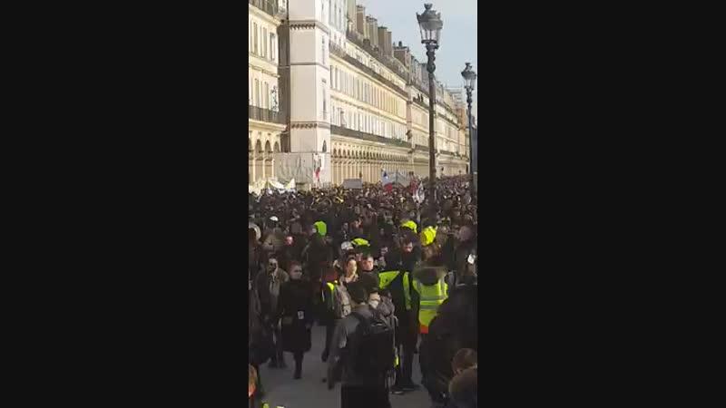 Paris 5 fevrier 16h une foule enorme gilets jaunes syndicats lyceens etudiants 05 02