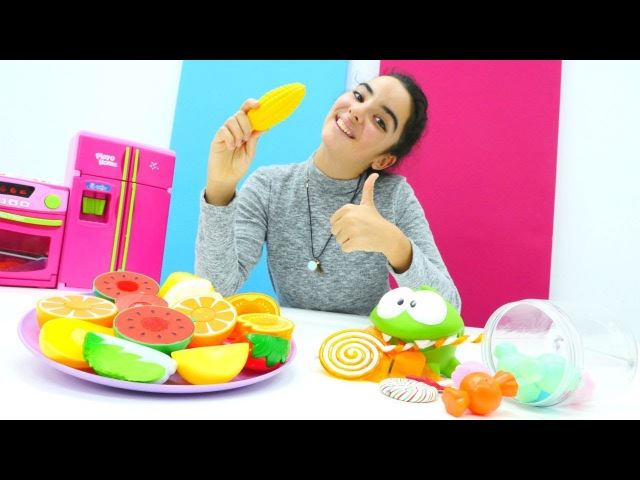 Yemek pişirme ve alış veriş oyunu Om Nom ile YEMEK YARIŞMASI izle 🍓🍒 Kız çocukvideoları