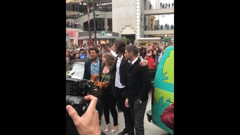 Джеи Миша и Саманта Хайфилл со Скуби Ду на PaleyFest 2018