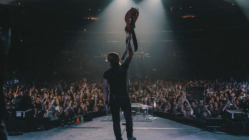 """Keith Urban on Instagram """"LA- U GAVE US A NITE OF PASSION AND FIRE AND ELEVATION -THRU THE FREAKIN ROOF!! I LOVE YOU GUYS ! - KU Graf..."""