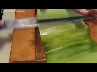 Шеф нарезает овощи на толщину бумаги Суши-шеф Хасан Карабазар демонстрирует японское мастерство кацура-муки, нарезая овощи толщи