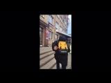 В центре Челябинска парень выкидывает 5-тысячные купюры!