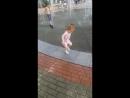 Любимая доча шалости возле фонтана
