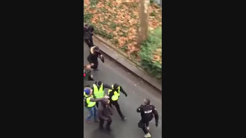 ACTE X PARIS JOURNALISTE VIOLEMMENT FRAPPÉ PAR PLUSIEURS PERSONNES EN PLEINE RUE (IMAGES VIOLENTES)